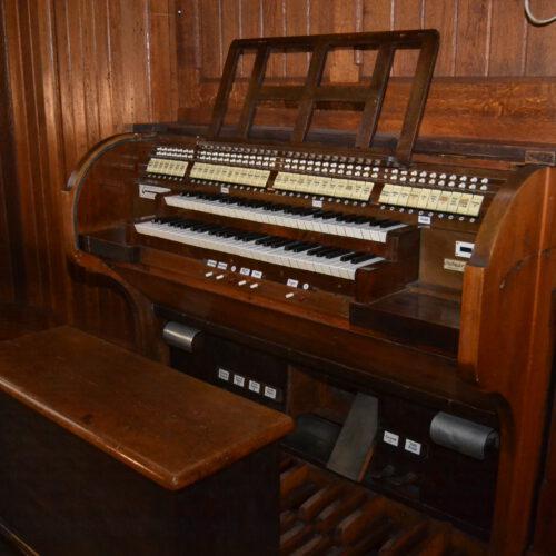 Spieltisch der Orgel